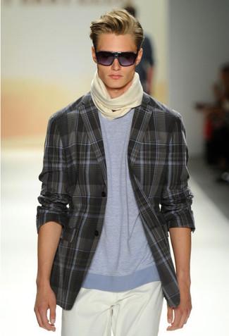 Comment porter: blazer écossais gris foncé, t-shirt à col rond bleu clair, pantalon chino blanc, écharpe beige