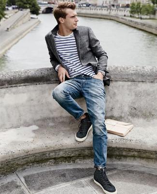 Comment porter: blazer en laine gris foncé, t-shirt à manche longue à rayures horizontales blanc et bleu marine, jean bleu, baskets montantes noires