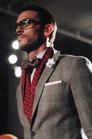 Comment porter: blazer en laine écossais gris, nœud papillon en soie bleu marine, pochette de costume en coton blanche, écharpe á pois bordeaux