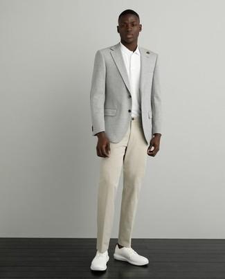 Comment porter un polo blanc: Opte pour un polo blanc avec un pantalon chino marron clair pour affronter sans effort les défis que la journée te réserve. Une paire de baskets basses en toile blanches est une option astucieux pour complèter cette tenue.
