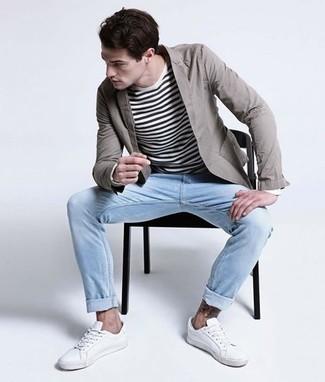 Comment porter: blazer en coton gris, pull à col rond à rayures horizontales blanc et noir, jean bleu clair, baskets basses blanches