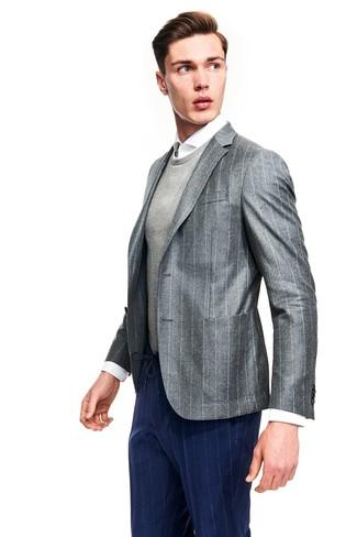 Comment porter: blazer à rayures verticales gris, pull à col rond gris, chemise de ville blanche, pantalon de costume à rayures verticales bleu marine