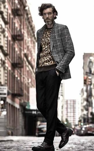 Comment porter un blazer en laine à carreaux gris: Marie un blazer en laine à carreaux gris avec un pantalon chino noir pour créer un look chic et décontracté. Rehausse cet ensemble avec une paire de des bottines chelsea en cuir noires.