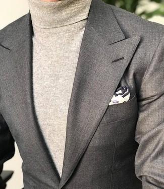 Comment porter: blazer gris, pull à col roulé beige, pochette de costume imprimée beige