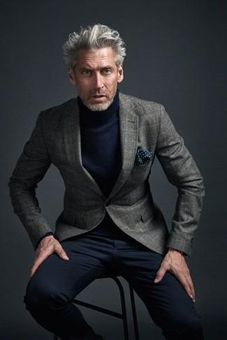 Comment porter: blazer en laine à carreaux gris, pull à col roulé bleu marine, pantalon chino noir, pochette de costume á pois bleu marine