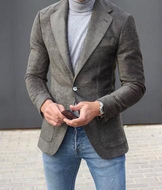 Comment porter: blazer en laine gris, pull à col roulé gris, jean skinny bleu, montre argentée
