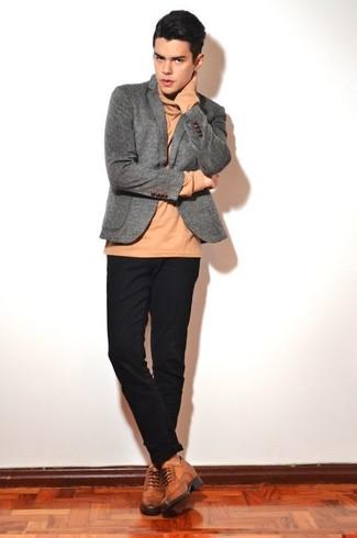 Comment porter: blazer en laine gris, pull à col roulé marron clair, pantalon chino noir, chaussures brogues en cuir marron