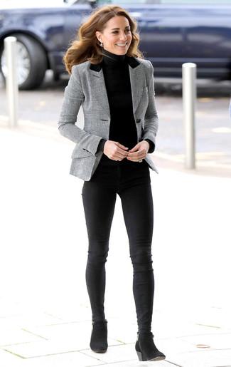 Comment porter: blazer écossais gris, pull à col roulé noir, jean skinny noir, bottines en daim noires