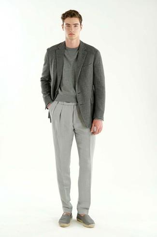 Comment porter: blazer gris, sweat-shirt gris, pantalon de costume gris, espadrilles en toile grises