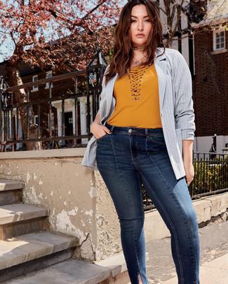 Comment porter un jean skinny bleu marine: Associe un blazer à rayures verticales gris avec un jean skinny bleu marine pour une tenue raffinée mais idéale le week-end.