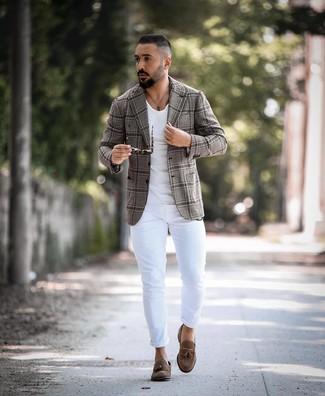 Comment porter: blazer écossais gris, t-shirt à col rond blanc, jean skinny blanc, mocassins à pampilles en daim marron