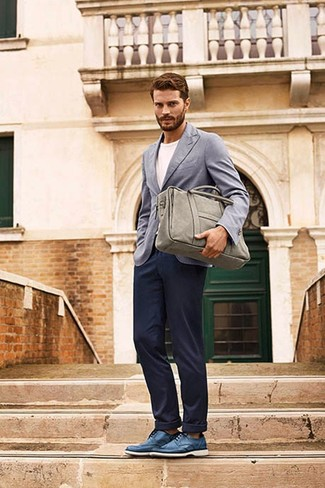 Blazer gris t shirt a col rond blanc pantalon chino bleu marine chaussures derby bleu large 8572