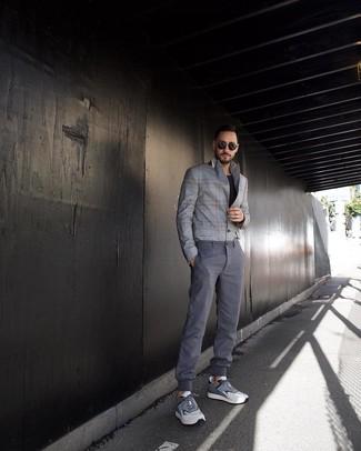 Comment porter: blazer écossais gris, t-shirt à col rond noir, pantalon chino gris, chaussures de sport grises