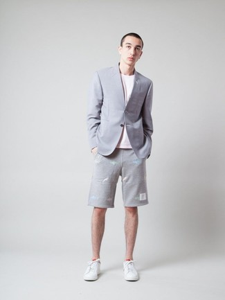 Comment porter: blazer gris, t-shirt à col rond rose, short gris, baskets basses en cuir blanches
