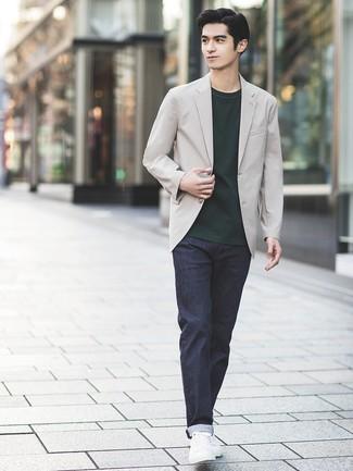 Comment porter: blazer gris, t-shirt à col rond vert foncé, jean bleu marine, baskets basses en cuir blanches