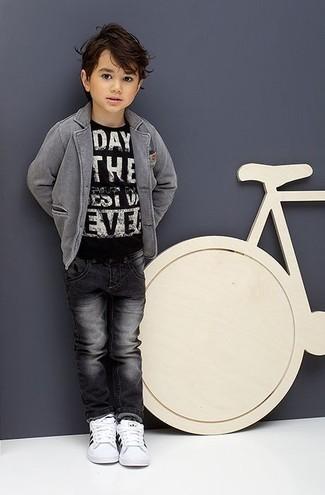 Comment porter: blazer gris, t-shirt imprimé noir et blanc, jean gris foncé, baskets blanches