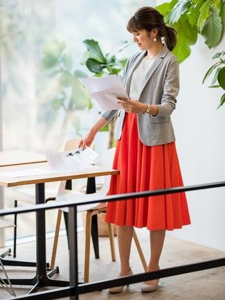 Comment porter: blazer en tricot gris, top sans manches en dentelle blanc, jupe mi-longue plissée rouge, escarpins en daim gris