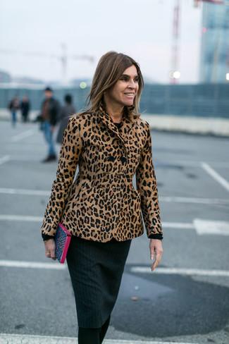 Comment porter un blazer marron clair après 50 ans: Essaie de marier un blazer marron clair avec une robe fourreau en tricot gris foncé pour achever un style chic et glamour.