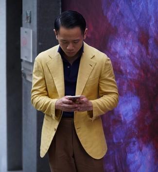 Comment porter: blazer jaune, polo bleu marine, pantalon de costume marron