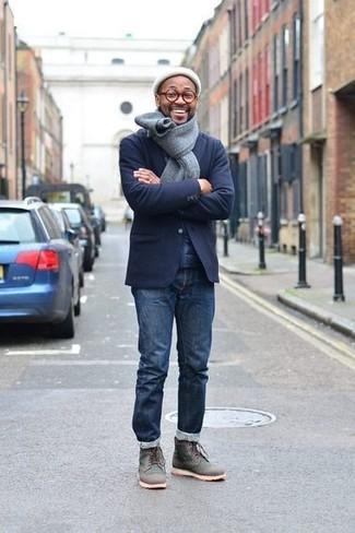 Comment porter: blazer en laine bleu marine, jean bleu marine, bottes de loisirs en cuir gris foncé, bonnet blanc