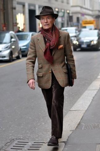 Comment porter: blazer en laine écossais marron, jean en velours marron foncé, chaussures derby en daim marron foncé, chapeau en laine marron foncé