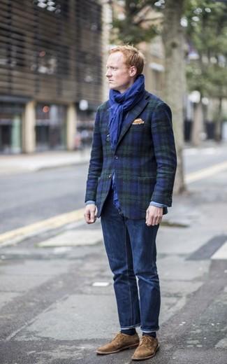 Comment porter: blazer écossais bleu marine et vert, jean bleu marine, chaussures derby en daim marron, pochette de costume orange
