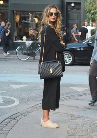 Comment porter une jupe-culotte noire: Pour créer une tenue idéale pour un déjeuner entre amis le week-end, associe un blazer noir avec une jupe-culotte noire. Pour les chaussures, fais un choix décontracté avec une paire de des baskets basses en cuir beiges.