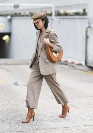 Comment porter: blazer à carreaux beige, jupe-culotte à carreaux beige, bottines en cuir marron clair, sac bandoulière en cuir marron clair