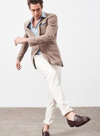 Comment porter: blazer en lin marron, chemise à manches longues à rayures verticales bleu clair, pantalon chino blanc, slippers en cuir marron foncé