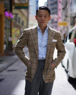 Tenue: Blazer écossais marron, Chemise à manches longues à rayures verticales bleu clair, Pantalon de costume gris foncé, Pochette de costume blanche