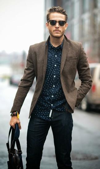 Comment porter: blazer en laine marron, chemise à manches longues á pois bleu marine, jean noir, sac fourre-tout en cuir marron foncé