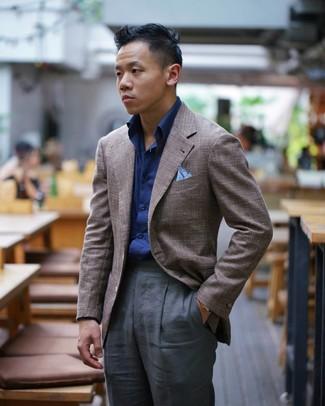 Comment porter: blazer marron, chemise à manches longues bleu marine, pantalon de costume gris foncé, pochette de costume bleu clair