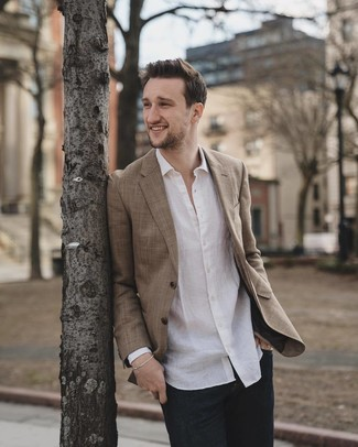 Comment porter: blazer marron, chemise à manches longues en lin blanche, jean bleu marine