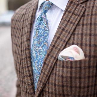 Comment porter: blazer en laine à carreaux marron, chemise de ville blanche, cravate imprimée cachemire bleu clair, pochette de costume imprimée beige