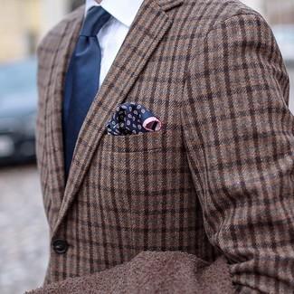 Comment porter: blazer en laine écossais marron, chemise de ville blanche, cravate bleu marine, pochette de costume imprimée cachemire bleu marine