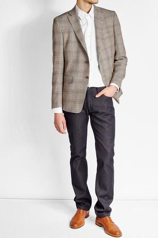 Comment porter: blazer écossais marron, chemise de ville blanche, pantalon chino bleu marine, chaussures derby en cuir tabac