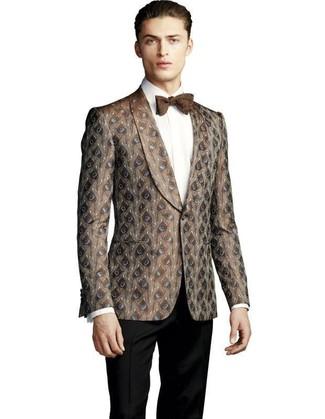 Comment porter: blazer en brocart marron, chemise de ville blanche, pantalon de costume noir, nœud papillon marron