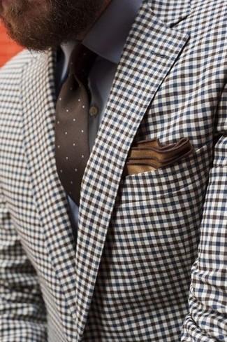 Comment porter: blazer en vichy marron, chemise de ville grise, cravate á pois marron, pochette de costume marron