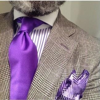 Tenue: Blazer en pied-de-poule marron, Chemise de ville à rayures verticales pourpre, Cravate en soie pourpre, Pochette de costume imprimée pourpre