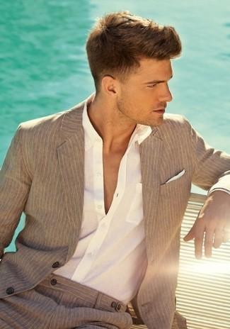 Comment porter: blazer à rayures verticales marron clair, chemise de ville blanche, pantalon de costume à rayures verticales marron clair, pochette de costume en soie blanche