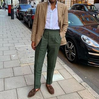 Comment porter: blazer écossais marron clair, chemise de ville blanche, pantalon de costume vert foncé, mocassins à pampilles en daim marron foncé