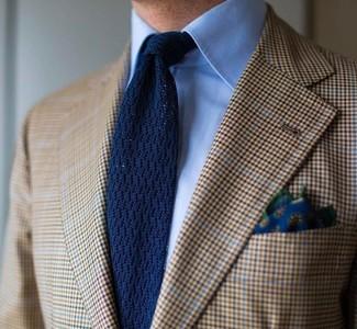 Comment porter: blazer écossais marron clair, chemise de ville bleu clair, cravate en tricot bleu marine, pochette de costume à fleurs bleu marine