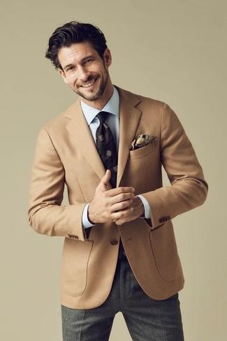 Comment porter: blazer en laine marron clair, chemise de ville bleu clair, pantalon de costume en laine gris foncé, cravate imprimée marron foncé