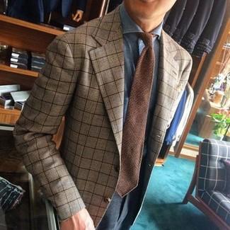 Comment porter: blazer écossais marron clair, chemise de ville bleu clair, pantalon de costume gris foncé, cravate en tricot marron