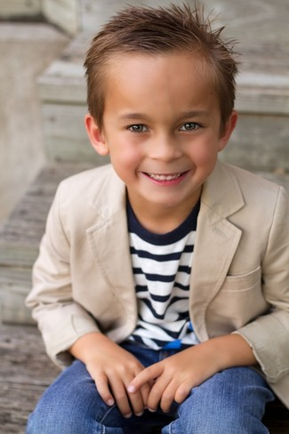 Comment porter: blazer marron clair, pull à rayures horizontales bleu marine, jean bleu