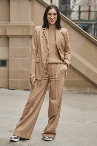 Comment porter: blazer en laine marron clair, pull torsadé marron clair, pantalon large marron clair, chaussures de sport argentées