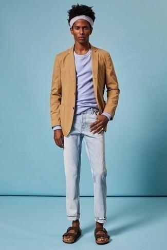 Comment s'habiller en été: Associer un blazer marron clair avec un jean bleu clair est une option astucieux pour une journée au bureau. Décoince cette tenue avec une paire de des sandales en daim marron foncé. Une superbe tenue, qu'on veut pour l'été.