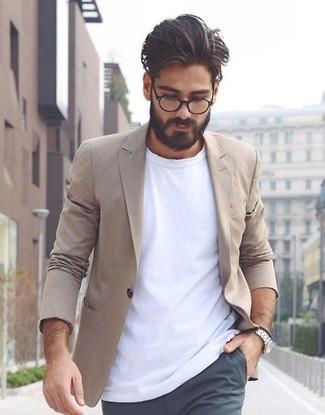Comment porter: blazer en coton marron clair, t-shirt à col rond blanc, pantalon chino gris foncé, montre argentée