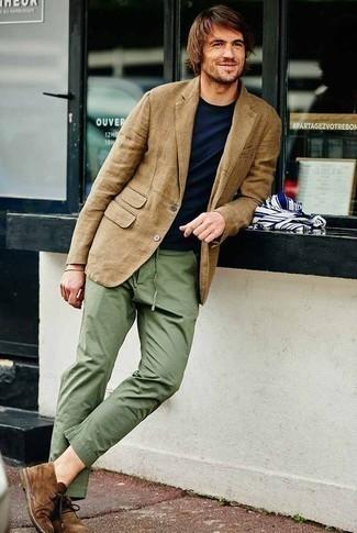 Comment porter des bottines chukka en daim marron: Essaie d'harmoniser un blazer marron clair avec un pantalon chino olive pour achever un look habillé mais pas trop. Une paire de des bottines chukka en daim marron est une option judicieux pour complèter cette tenue.
