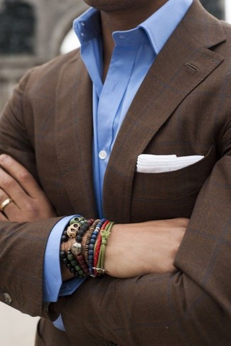 Comment porter: blazer à carreaux marron foncé, chemise de ville bleu clair, pochette de costume blanche, bracelet olive